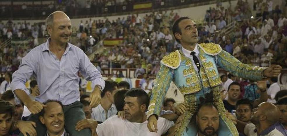 Enrique Ponce gana el Capote de Paseo de Málaga