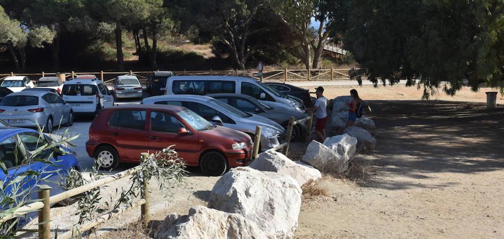 El Ayuntamiento de Marbella recurre a grandes rocas para bloquear el acceso de coches a las Dunas de Artola