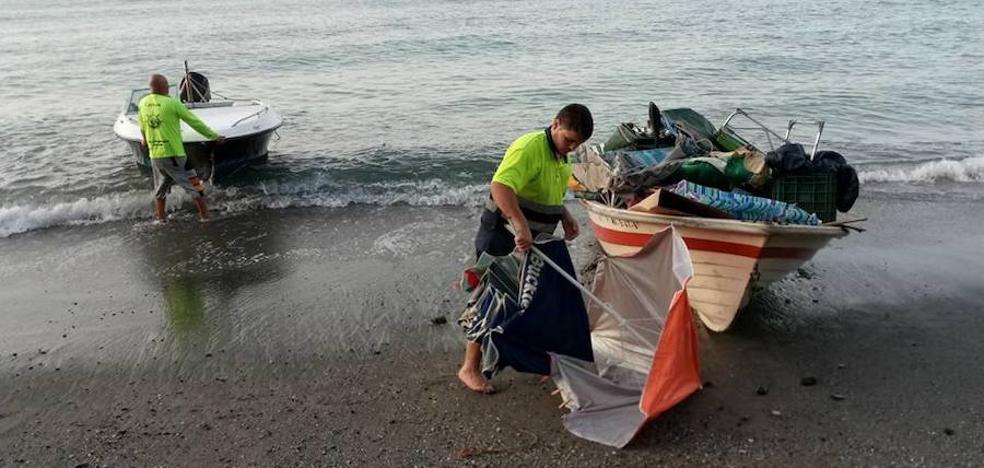 Desmantelan los asentamientos y retiran 1.500 kilos de residuos de la playa de Maro