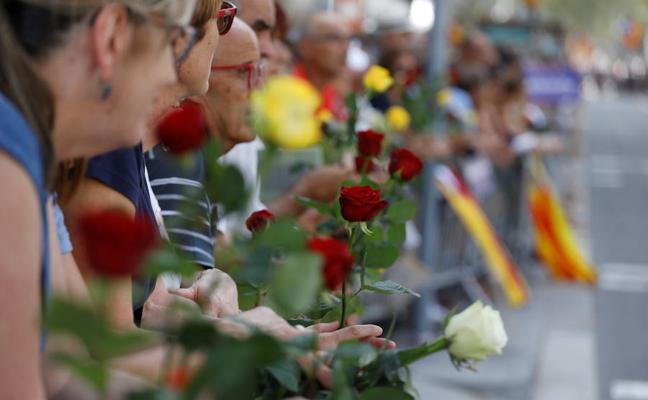 Rosas y carteles inundan el paseo de Gracia contra el terrorismo