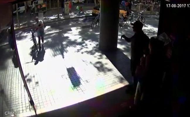 Una cámara de seguridad grabó el momento en el que la furgoneta cruzaba La Rambla