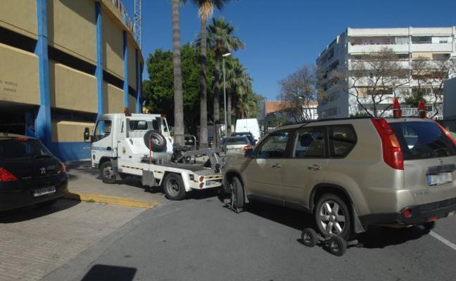 El Ayuntamiento anuncia el refuerzo del servicio de grúa para aliviar el depósito de coches abandonados