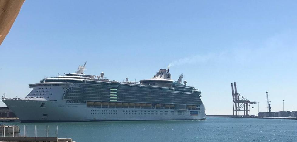La 'sencilla' maniobra del 'Independence of the Seas' del puerto de Málaga