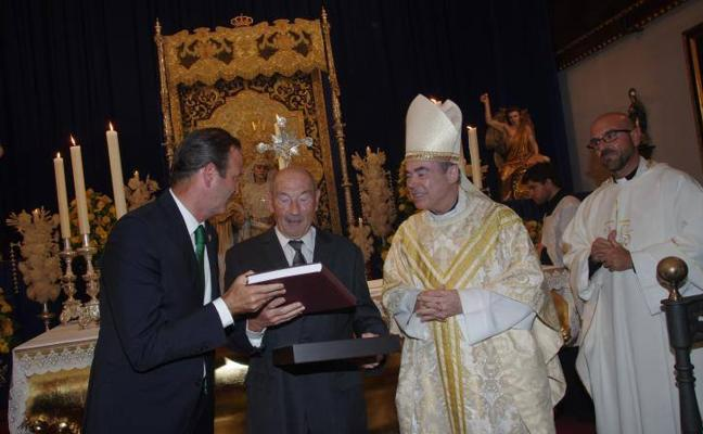 La Agrupación de Cofradías de Málaga entrega su primera medalla de oro a título póstumo a Jesús Castellanos