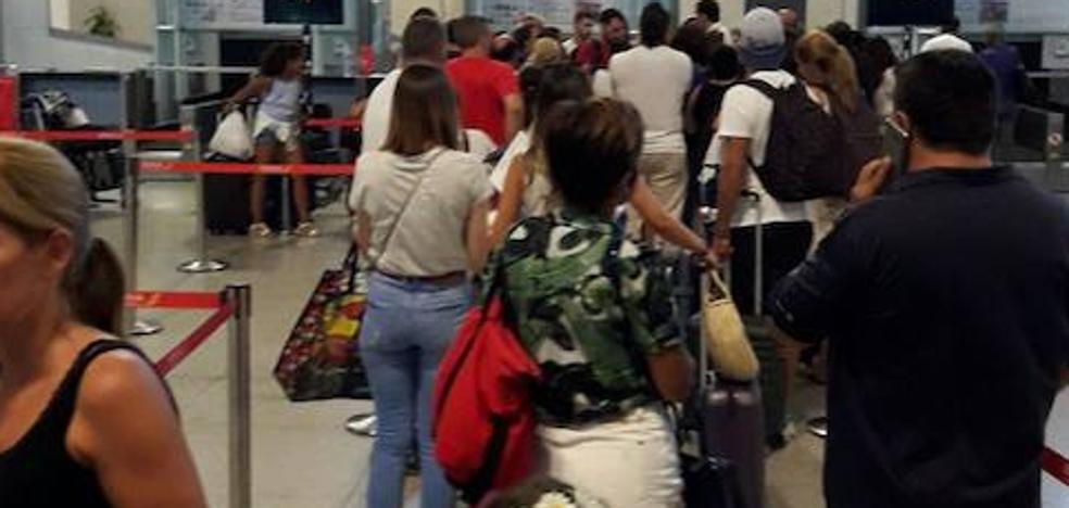 Vueling cancela dos vuelos con destino o salida Málaga y deja en tierra a cientos de pasajeros