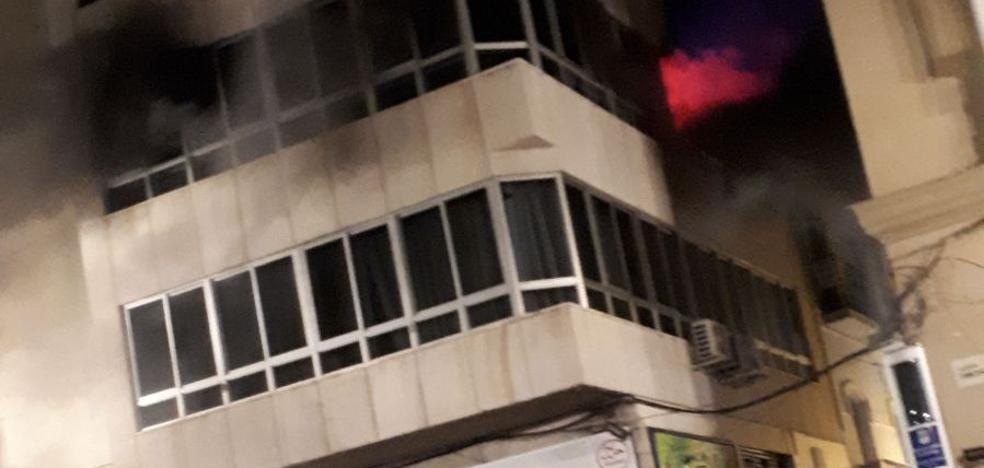 Bomberos interviene en un aparatoso incendio en pleno Centro de Málaga