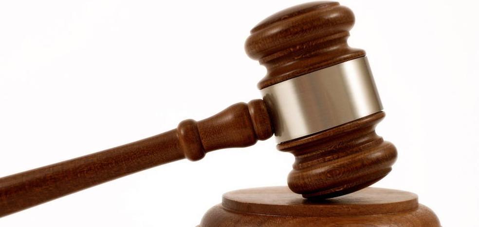Una menor tendrá que indemnizar con 364 euros a una policía por morderle en un dedo