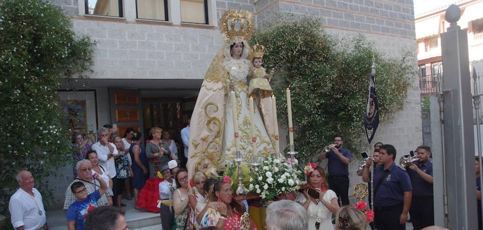 La Hermandad de la Alegría inicia su romería al parque de La Concepción en Málaga