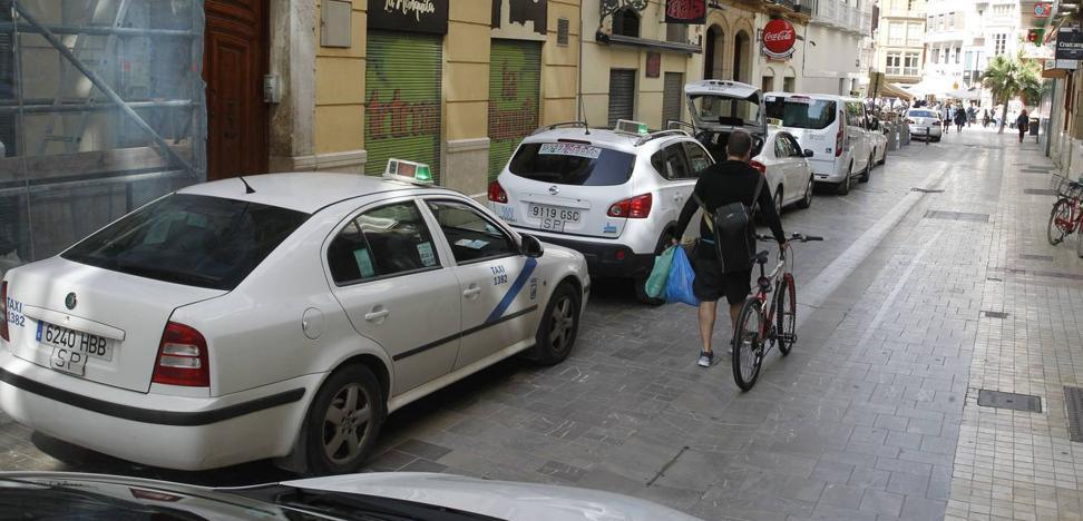 Junta y taxistas acuerdan medidas para limitar y controlar las VTC