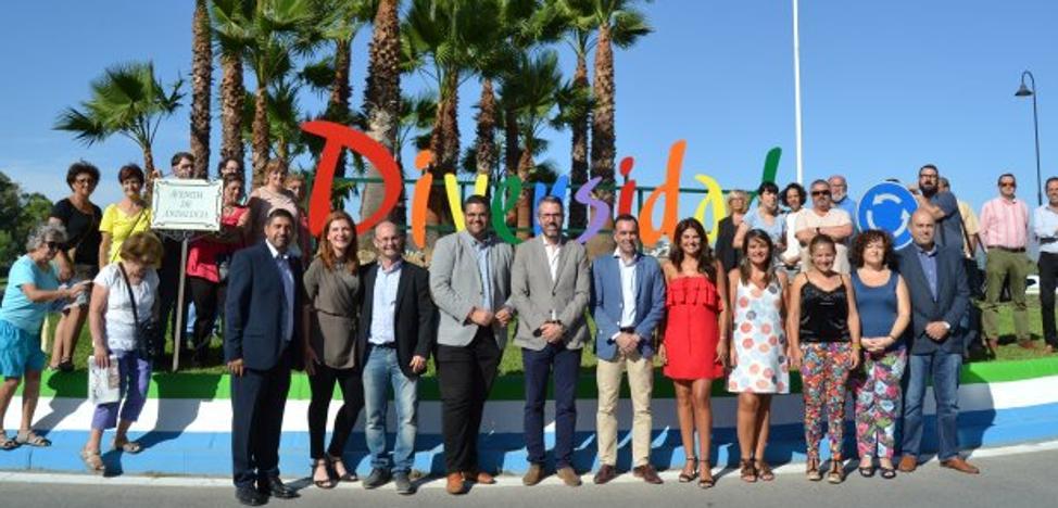 Mijas instala una rotonda de la diversidad con una bandera arcoiris permanente