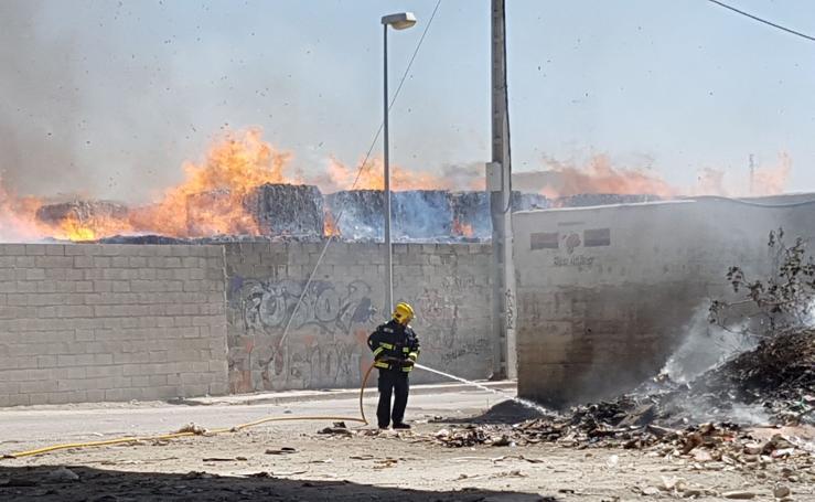 El incendio de una planta de reciclaje de Málaga, en fotos