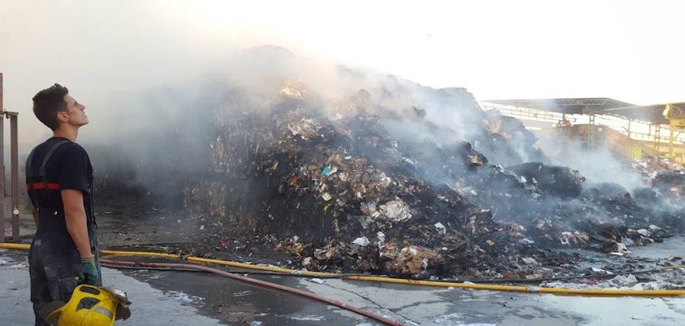 El incendio en una planta de reciclaje en el polígono Villa Rosa de Málaga mantiene cortado el nuevo acceso al aeropuerto