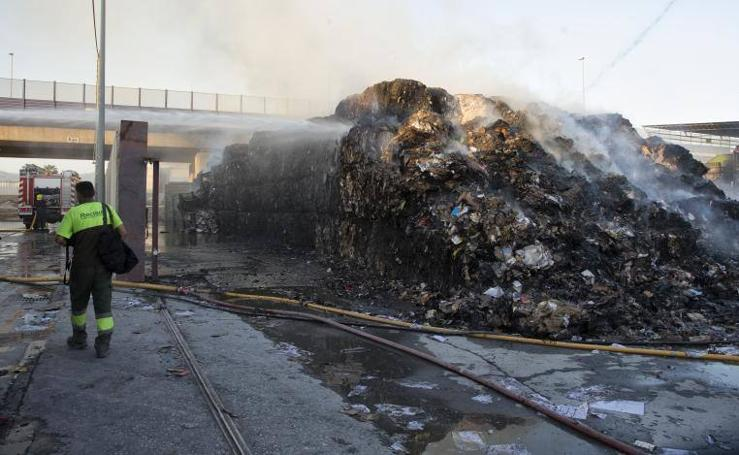 Fotos del incendio en el polígono Villa Rosa de Málaga