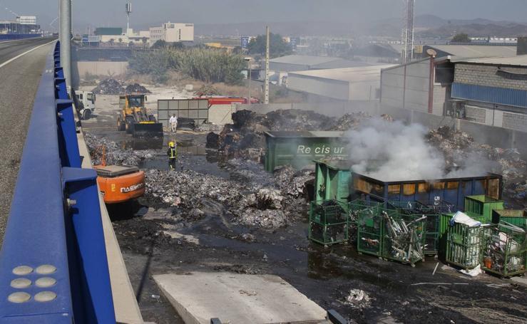 Fotos del día después del aparatoso incendio en una planta de reciclaje
