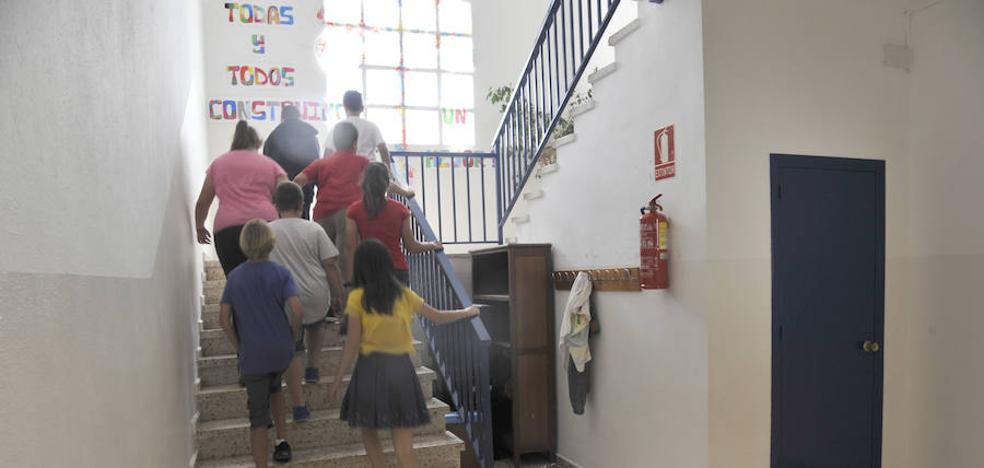 Un centenar de centros docentes de Málaga carece de ascensor o rampa de acceso