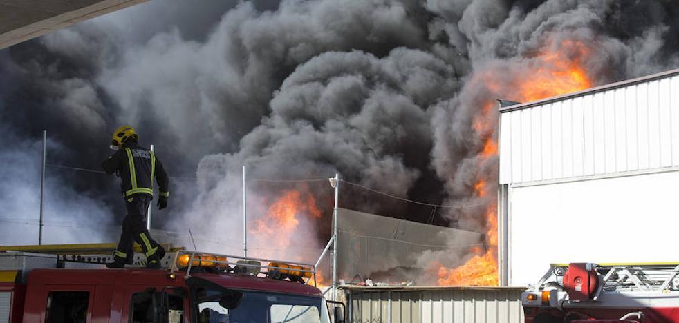 Los bomberos critican la activación del plan de Emergencias en el incendio del polígono Villa Rosa y contestan a la denuncia del edil Mario Cortés