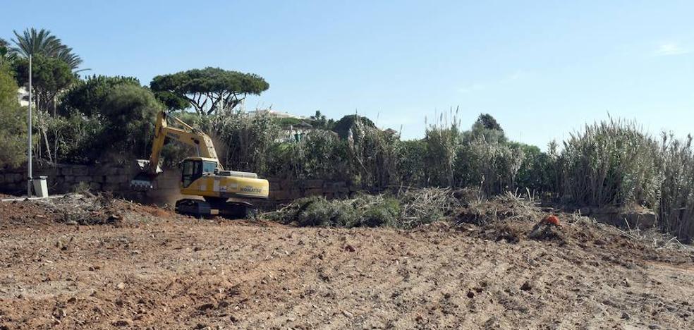 Playas activa un plan de limpieza en parcelas de Marbella para abrir paso a la prolongación de la Senda Litoral