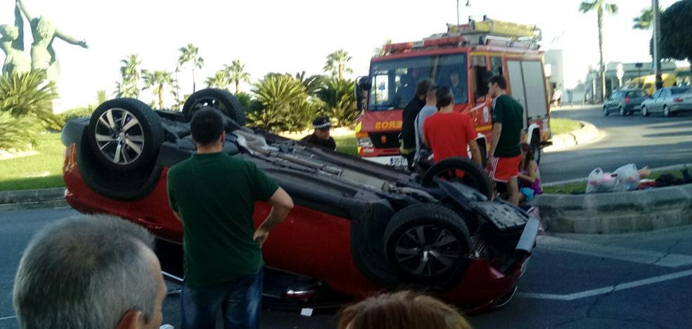 Espectacular vuelco de un coche en una rotonda de Playamar