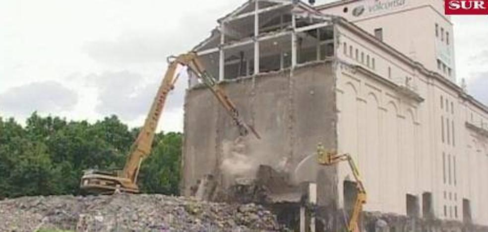 Imágenes con historia: La demolición del silo del Puerto de Málaga