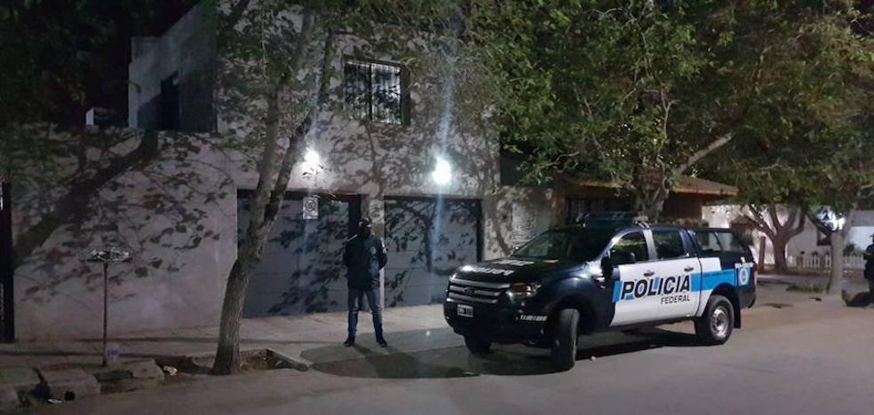La policía registra la casa de Carlos Fernández en Argentina