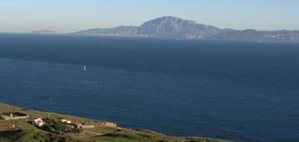 Rescatan a un inmigrante que navegaba en una tabla de surf y que el viento arrastraba hacia Málaga