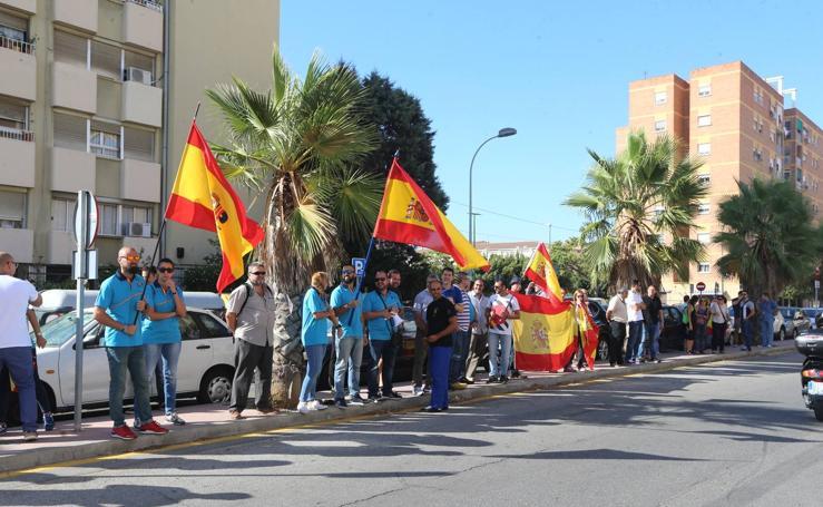 Policías nacionales de Málaga, jaleados a su salida a Cataluña