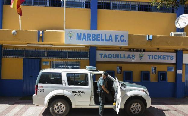 Registros de la Guardia Civil en el estadio del Marbella.