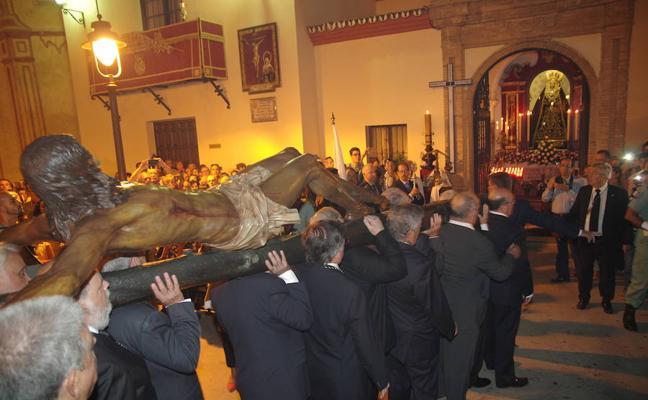 El Cristo de la Buena Muerte preside un multitudinario vía crucis