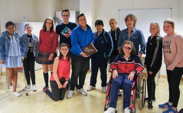 Ivie, Raquel, Lucía, Iván, Yolanda (agachada),Alejandro, Diego, Daniel, Jorge (director), Lucía (silla de ruedas), María y Paula.