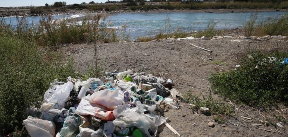 El incivismo y la falta de limpieza convierten el paraje del Guadalhorce en un vertedero