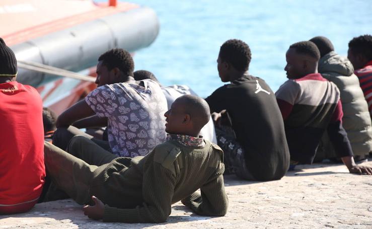 Una patera con 55 personas llega al puerto de Málaga