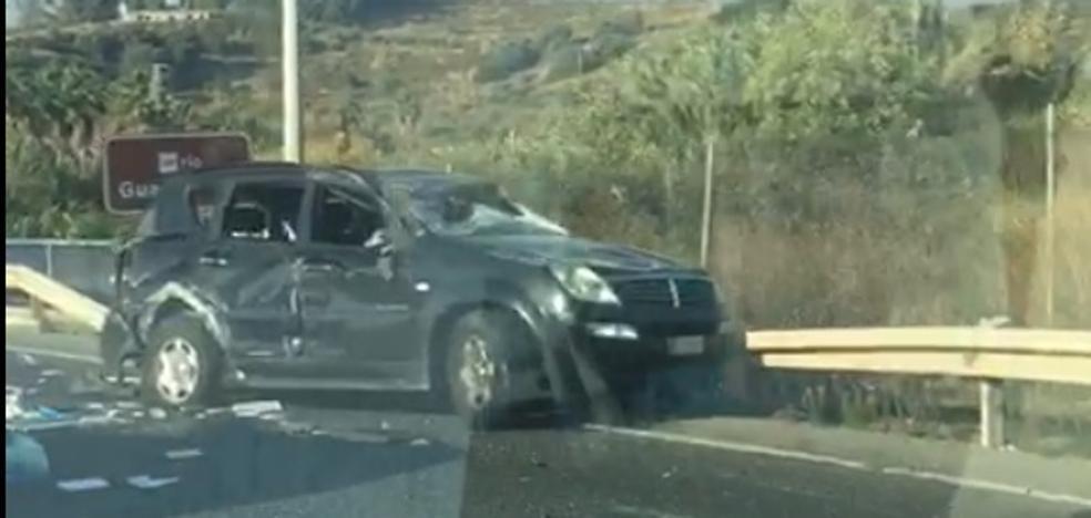 Un herido en Estepona tras chocar su todoterreno con un camión y dar tres vueltas de campana