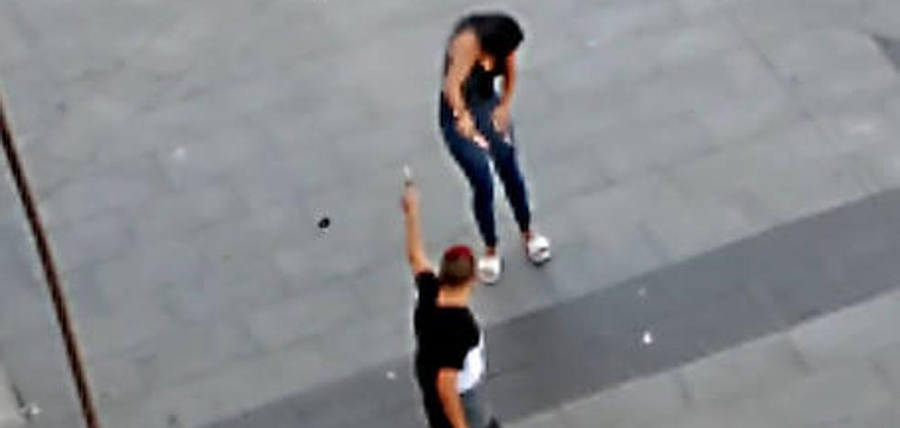 Un joven con orden de alejamiento dispara a su expareja con un arma de fogueo en la calle en Málaga