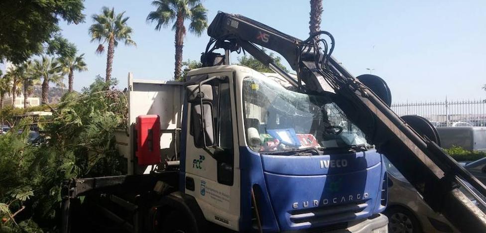 Herido un trabajador en Málaga capital tras romperse la grúa desde la que podaba