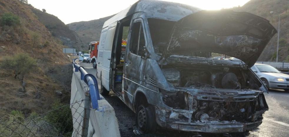 El incendio de una furgoneta provoca atascos a la altura de Casabermeja