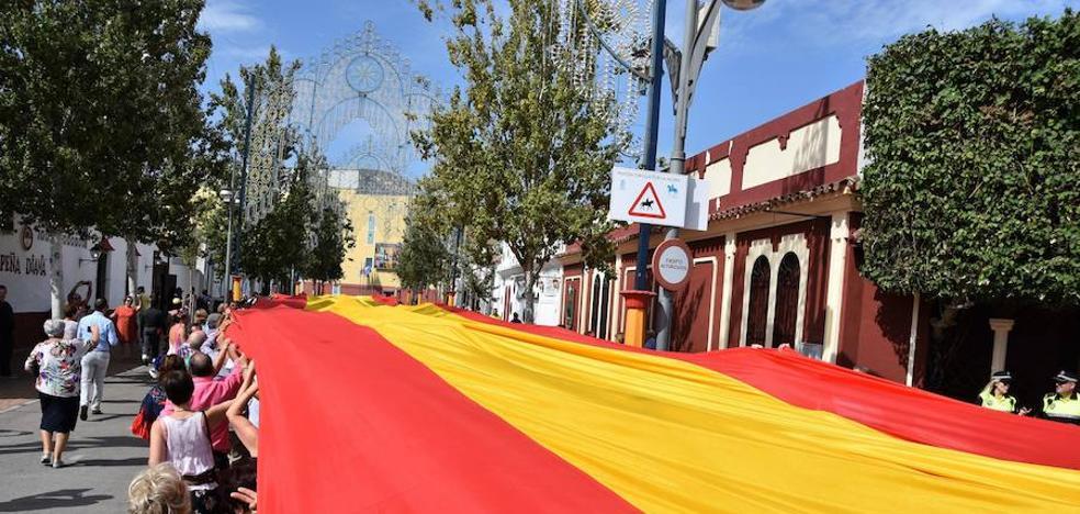Miles de personas despliegan en Fuengirola la bandera de España más larga del mundo