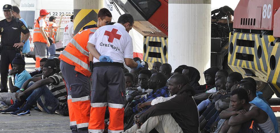 Rescatan a 53 inmigrantes de una patera y los trasladan al puerto de Málaga