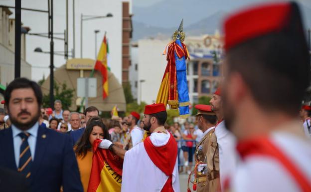 Honores a la bandera nacional en v lez m laga con los regulares diario sur - Bandera vivar velez malaga ...