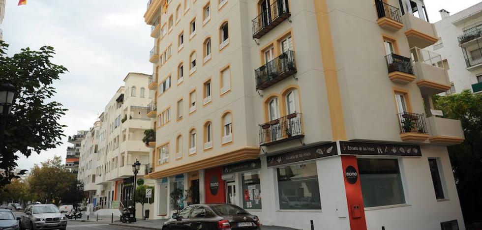 Cuatro afectados, entre ellos un bebé, por el incendio de un piso en el Centro de Marbella