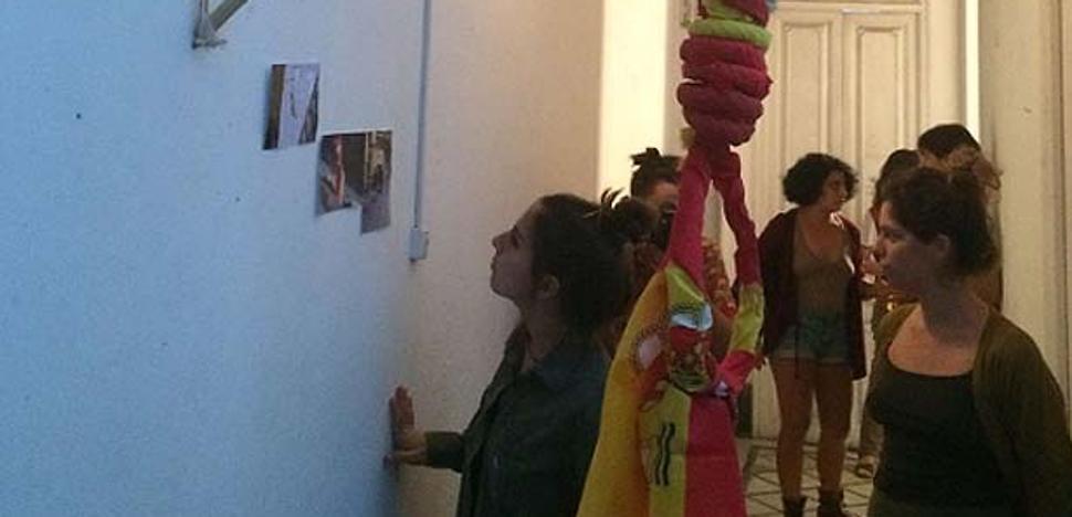 La bandera de España en forma de horca, retirada de la fachada, cuelga en el interior de la Casa Invisible