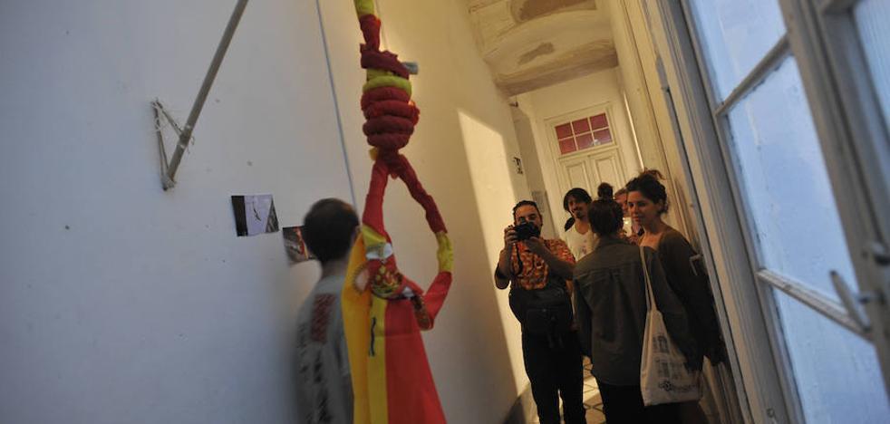Una bandera de España con forma de horca: La provocación en tiempos difíciles