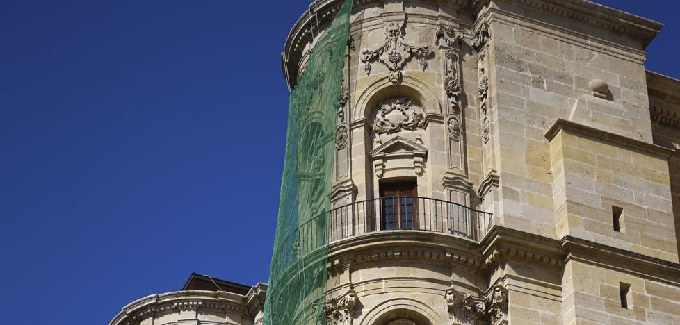 La Catedral inicia la revisión de sus fachadas tras la caída de un cascote en junio
