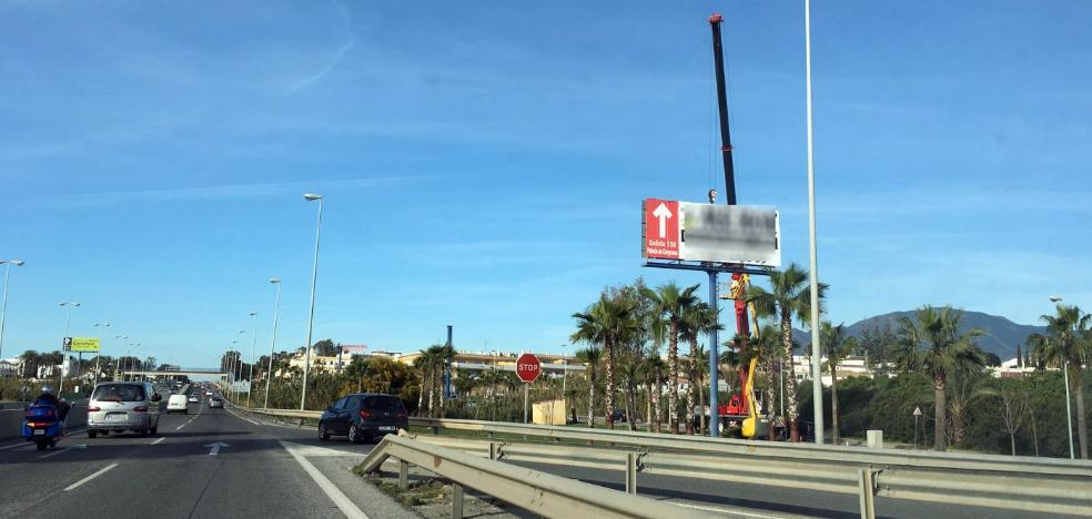 El Ayuntamiento de Estepona retira más de 200 soportes publicitarios ilegales