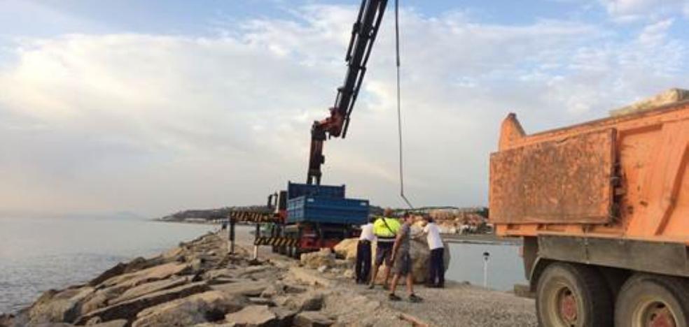 Reparan la escollera del Puerto de La Duquesa