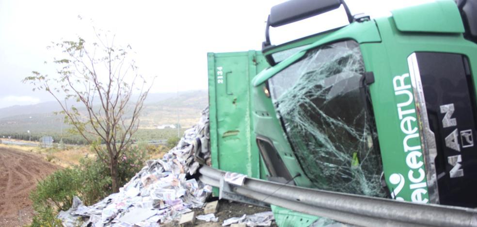 Un conductor herido al volcar su camión en Antequera