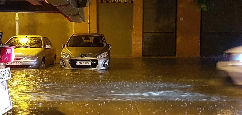 Rescatan a dos personas en apuros por las fuertes lluvias en Málaga