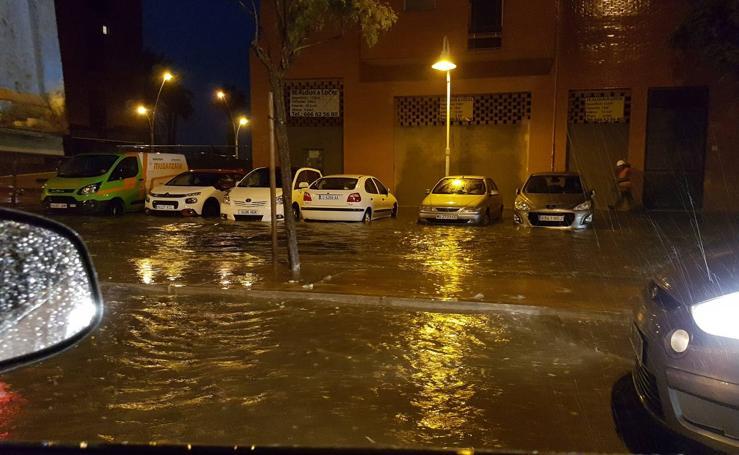 Una tromba de agua inunda calles de Málaga (II)