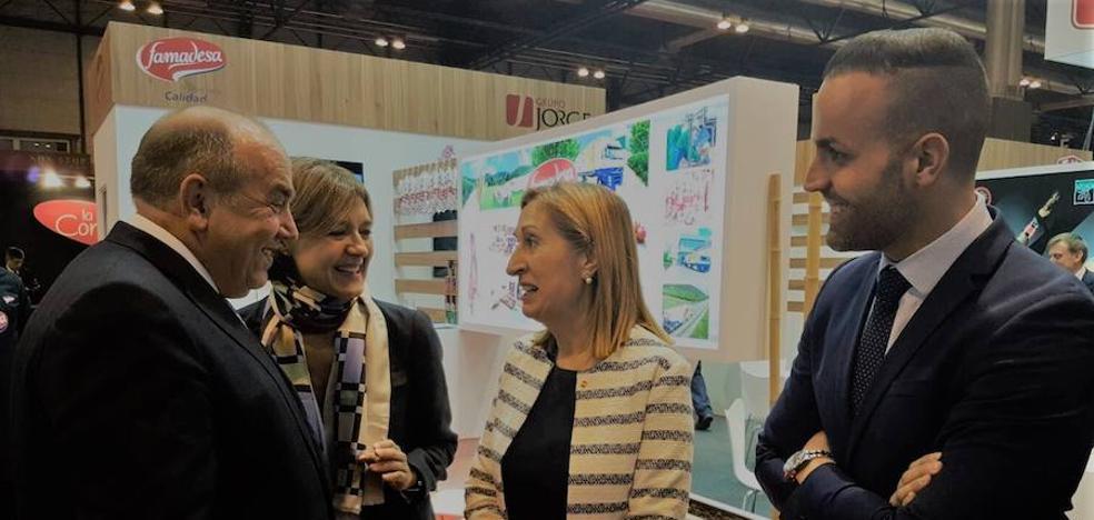 La ministra de Agricultura se interesa por las empresas cárnicas malagueñas