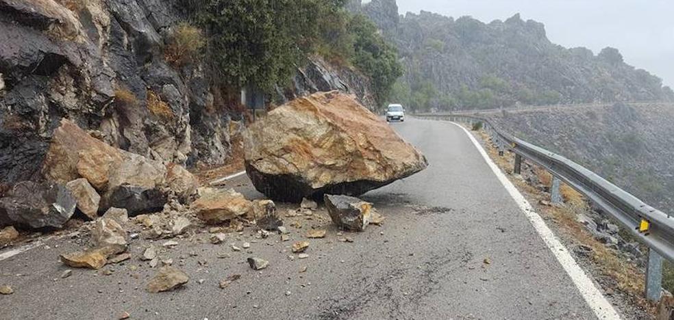 Una gran roca corta la carretera entre Benaoján y Jimera de Líbar