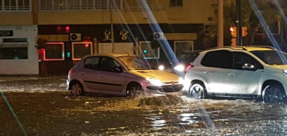 Vídeo | Lluvia y tráfico lento en el entorno de El Corte Inglés de Málaga